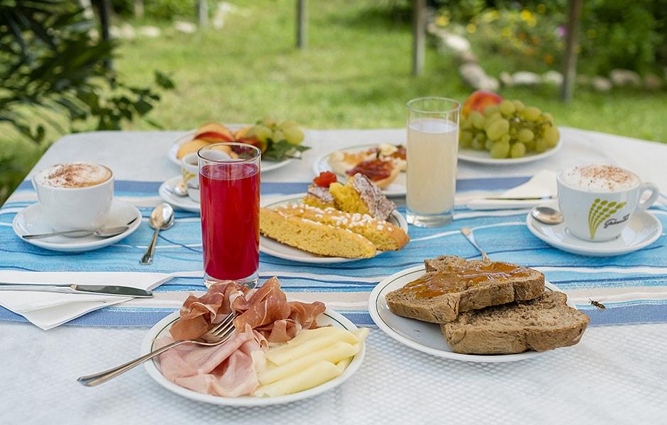 Colazione servita in giardino | Hotel Eliseo